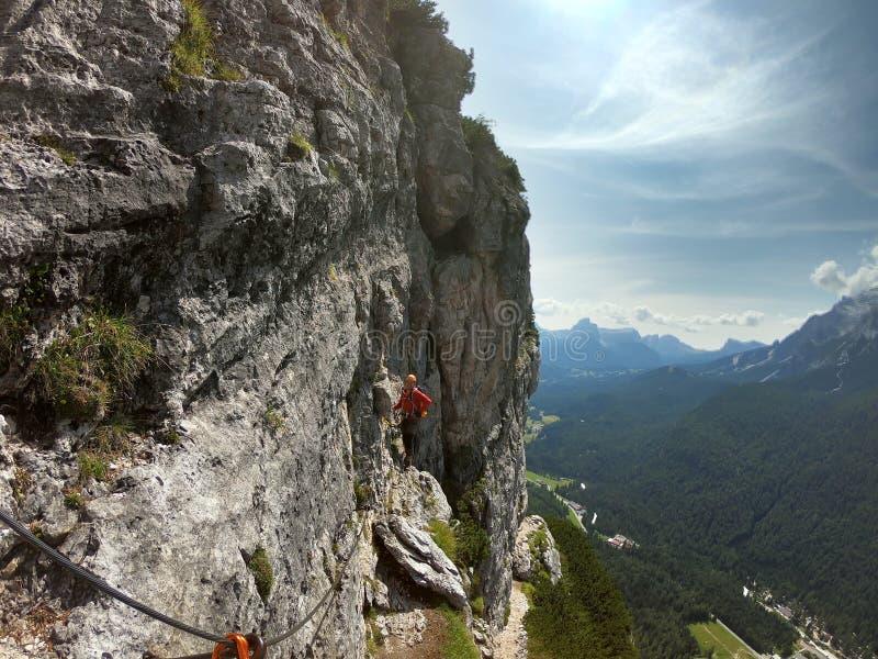 Junger männlicher Bergsteiger auf a über Ferrata in den Dolomit stockbilder