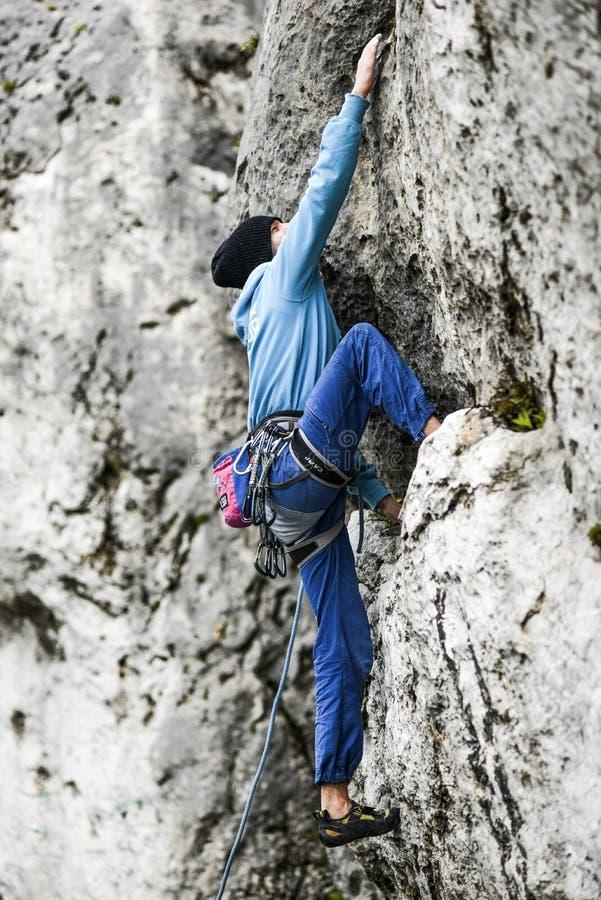 Junger männlicher Bergsteiger, der einen Weg auf einem Felsen führt Jura-krakowska czestochowska polen stockfoto