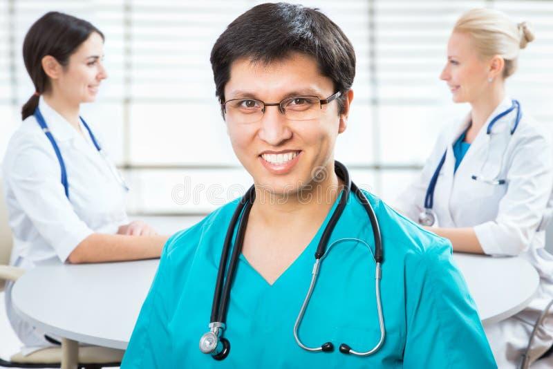Junger männlicher Doktor stockfoto