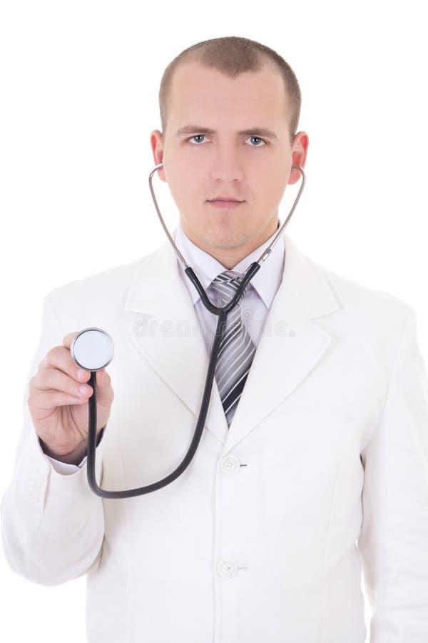 Junger männlicher Doktor, der das Stethoskop lokalisiert auf Weiß verwendet lizenzfreie stockfotos