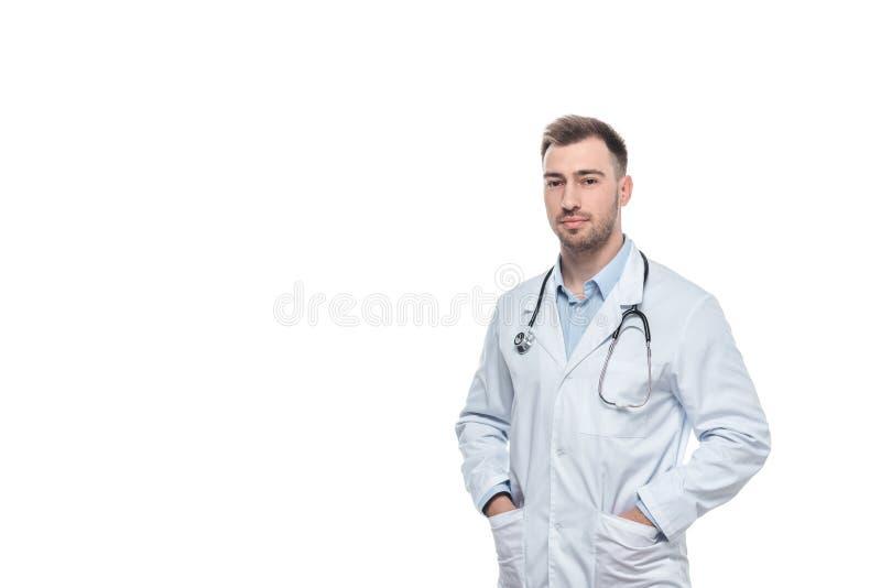 Junger männlicher Doktor mit Stethoskop stockfotografie