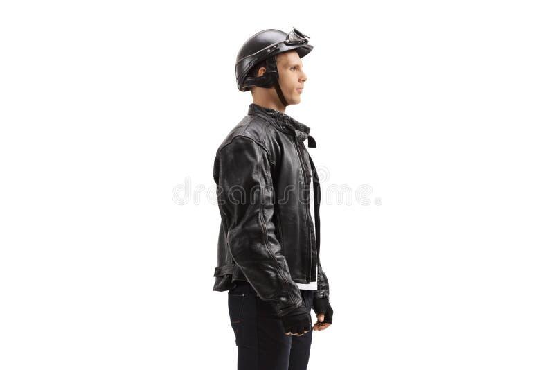 Junger männlicher Radfahrer, der in Linie wartet stockfoto