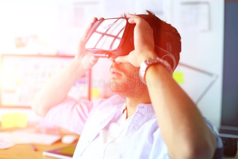 Junger männlicher Software-Programmierer, der eine neue APP mit Gläsern der virtuellen Realität 3d im Büro prüft lizenzfreie stockbilder