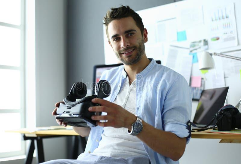 Junger männlicher Software-Programmierer, der eine neue APP mit Gläsern der virtuellen Realität 3d im Büro prüft lizenzfreies stockbild