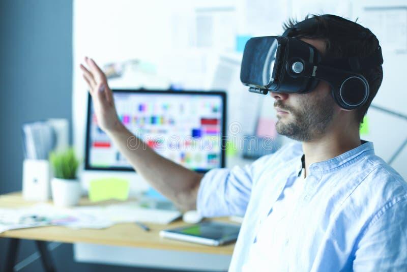 Junger männlicher Software-Programmierer, der eine neue APP mit Gläsern der virtuellen Realität 3d im Büro prüft lizenzfreies stockfoto