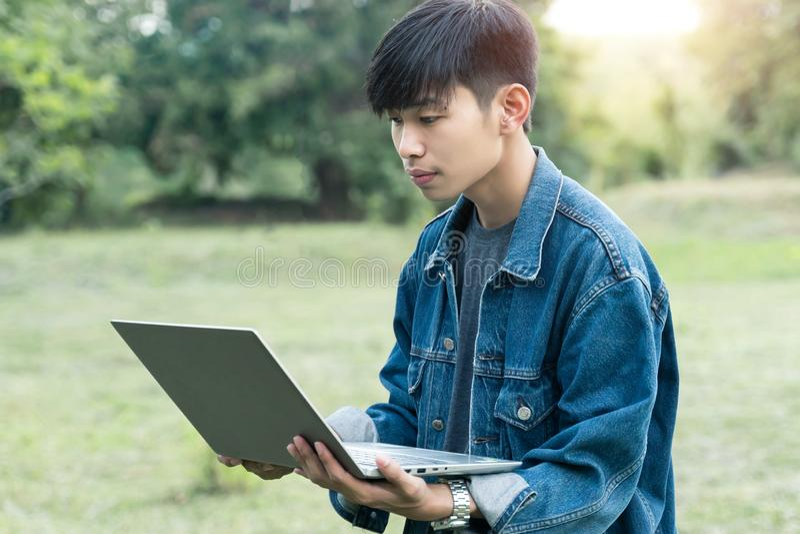 Junger männlicher Student benutzt Laptop lizenzfreie stockfotografie