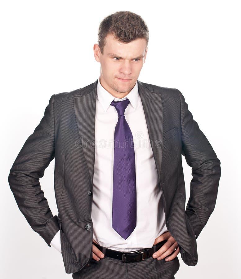 Junger männlicher Unternehmensleiter, der auf Weiß denkt lizenzfreies stockbild