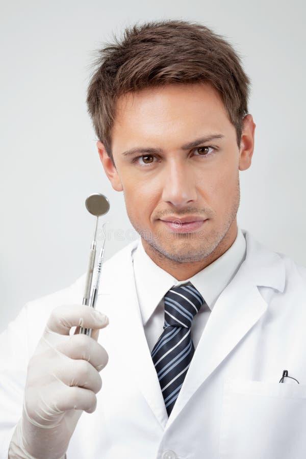 Junger männlicher Zahnarzt Holding Tools stockfoto