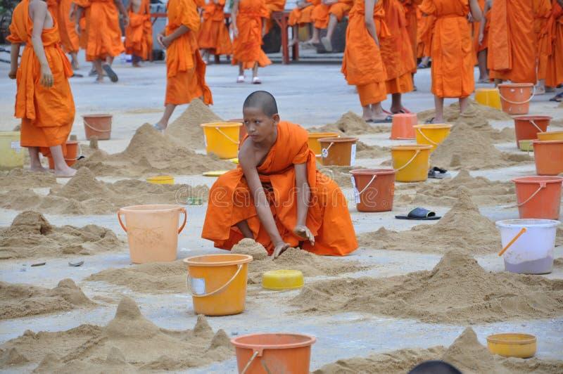 Junger Mönch an Songkarn-Tag stockfoto