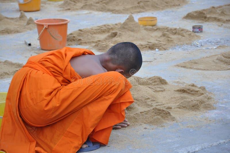 Junger Mönch an Songkarn-Tag stockbild