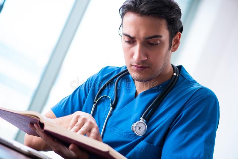 Junger m?nnlicher Doktor mit Stethoskop stockfotos