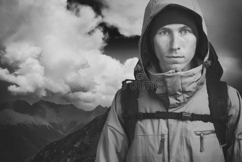 Junger m?nnlicher Wanderer auf dem bew?lkten Landschaftshintergrund, der Kamera betrachtet Front View Aktiver Lebensstil und Tour lizenzfreies stockbild