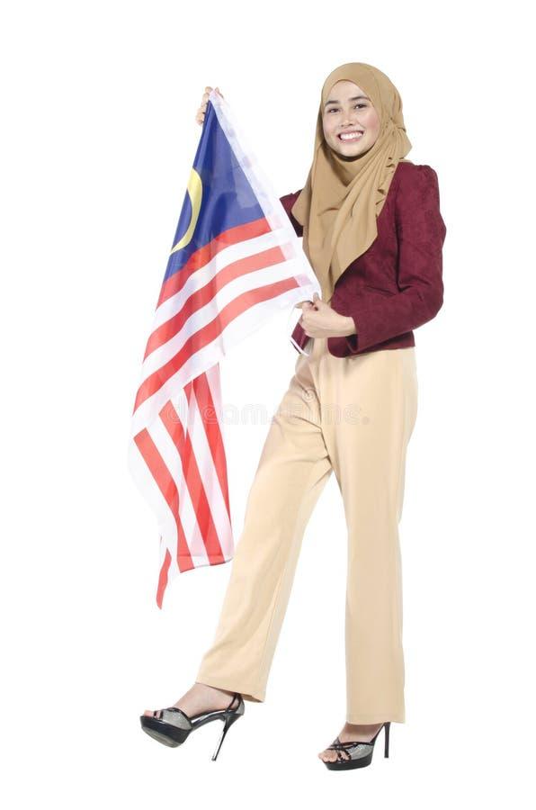 Junger malaysischer Zivilist mit dem glücklichen Gesicht, das Flagge hält Getrennt lizenzfreie stockbilder
