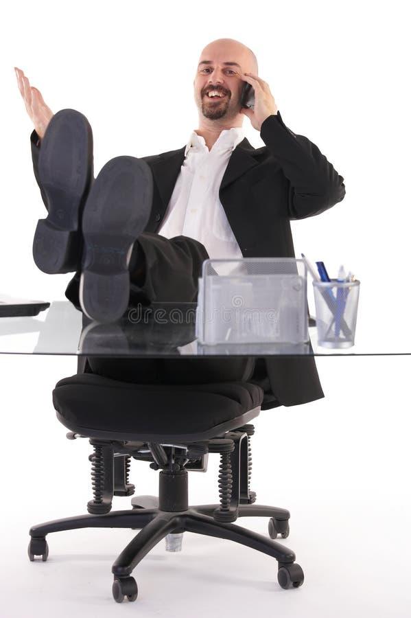 Junger Manager am Arbeitsplatz stockbilder
