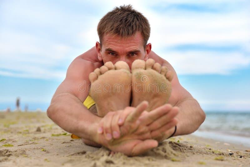 Junger Mann übendes Yoga lizenzfreies stockbild