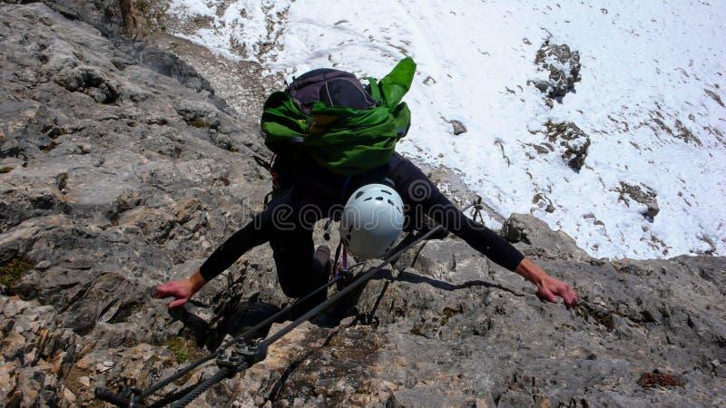 Junger Mann auf a über Ferrata in den italienischen Dolomit stockbild