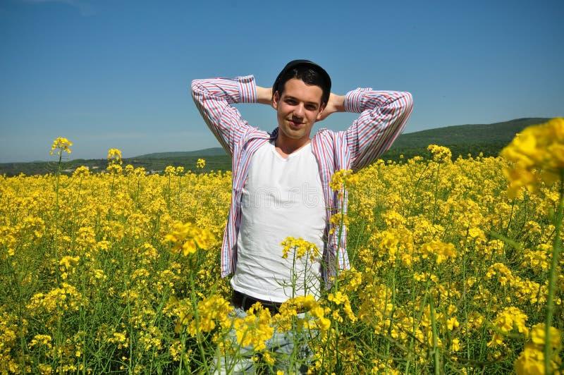 Junger Mann auf dem Rapsgebiet lizenzfreies stockfoto
