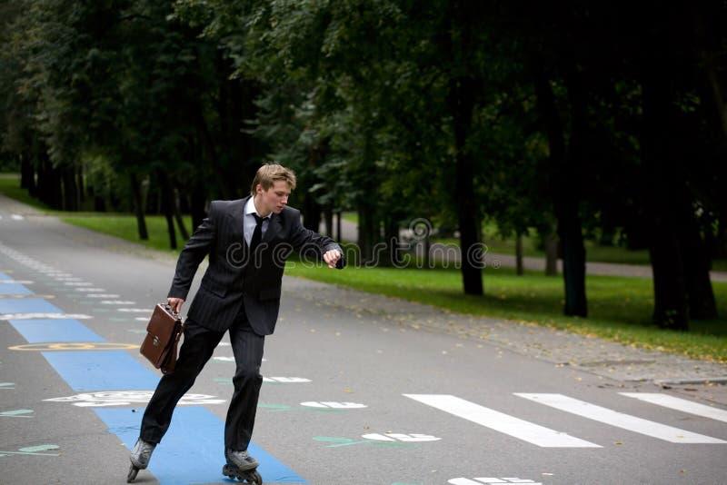 Junger Mann auf der Straße mit Rollerblades lizenzfreies stockbild