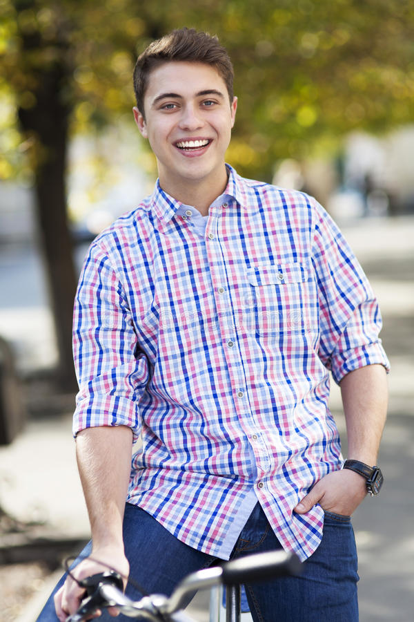 Junger Mann auf Fahrrad lizenzfreies stockbild