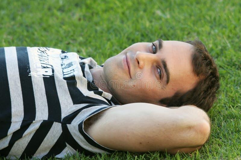 Junger Mann auf Rasen lizenzfreie stockfotos