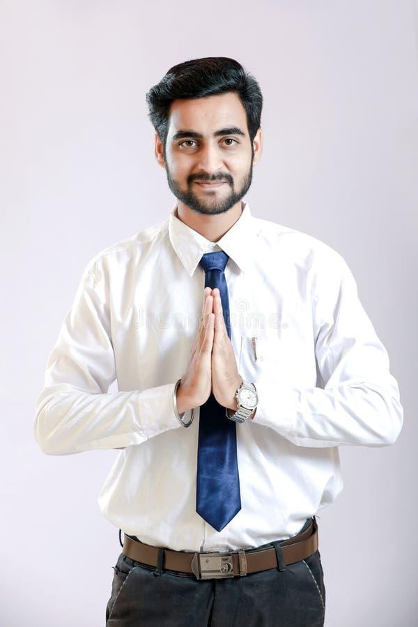 Junger Mann auf weißem Hemd und Bindung lizenzfreie stockbilder