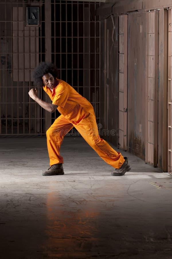 Junger Mann-Ausbrechen des Gefängnisses stockfoto