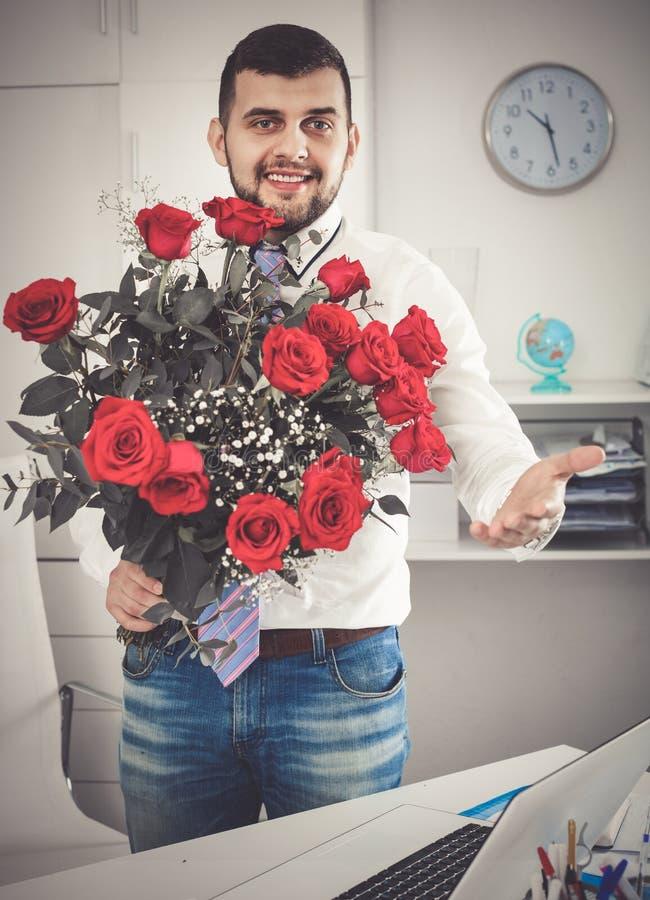 Download Junger Mann Bereit, Blumen Frau Darzustellen Stockbild - Bild von freundlich, person: 90236521