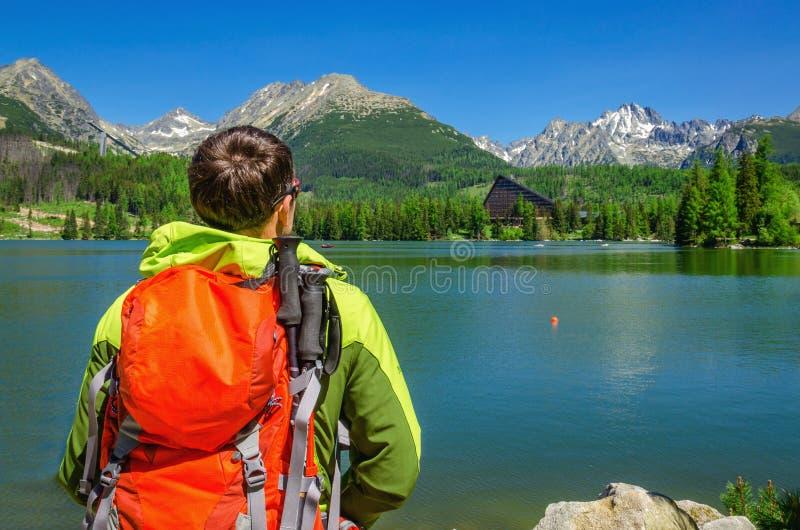 Junger Mann bewundert Hochgebirge und See Slowakei stockfoto