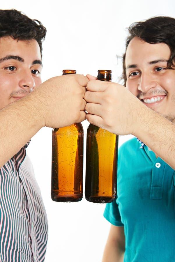 Junger Mann Cheersing zwei lizenzfreies stockbild