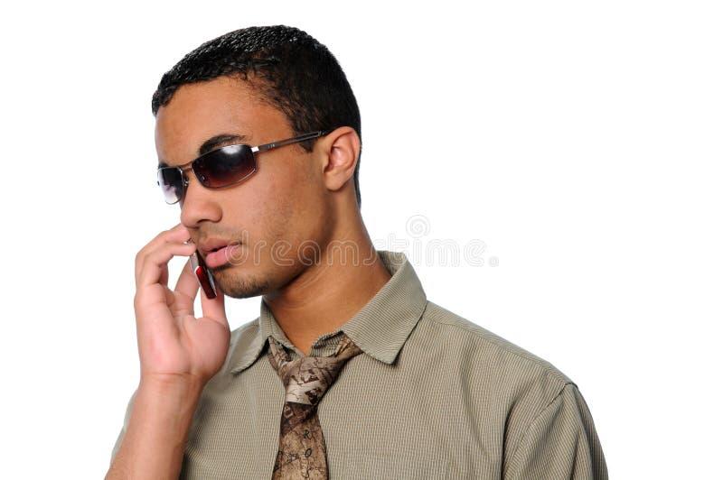 Junger Mann, der auf einem Handy spricht lizenzfreie stockbilder