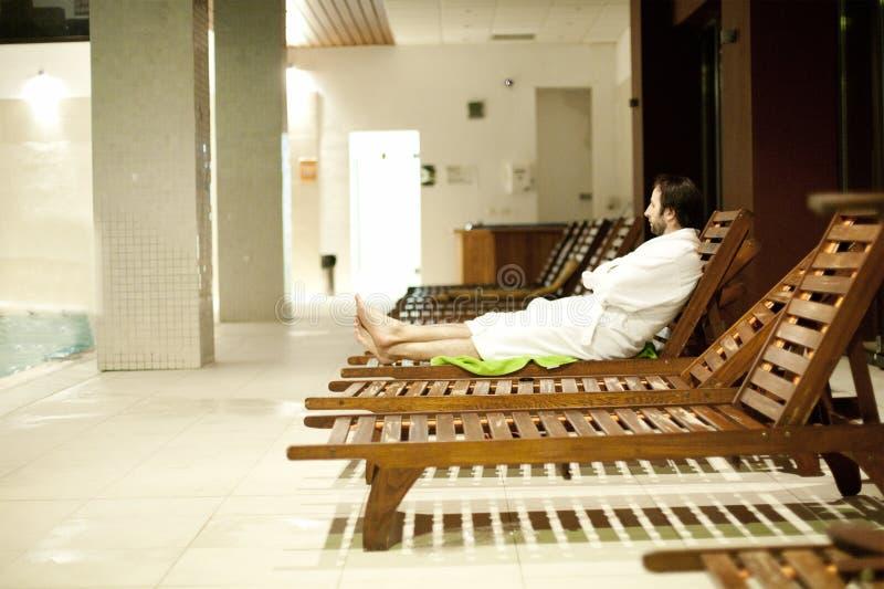 Junger Mann in der Badekurortmitte lizenzfreie stockbilder