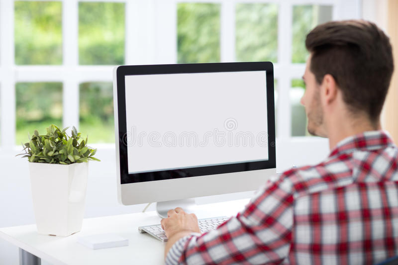 Junger Mann, der Bildschirm betrachtet lizenzfreie stockfotos