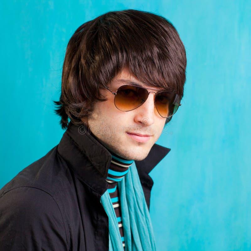 Junger Mann der britischen Hüfte des indie Knallfelsenblickes Retro- stockbilder