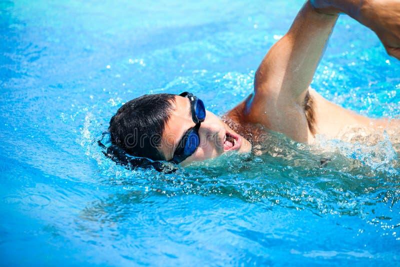 Junger Mann, der das vordere Schleichen schwimmt lizenzfreie stockbilder