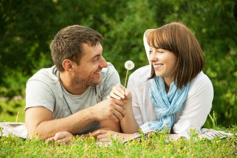 Junger Mann, der der Freundin eine Blume gibt stockfotos