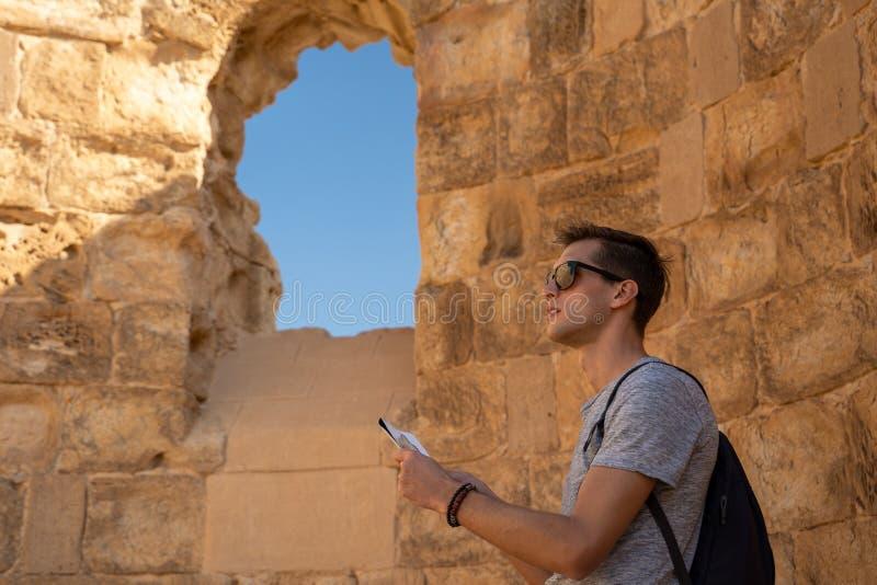 Junger Mann, der die Ruinen von masada in Israel erforscht lizenzfreies stockbild