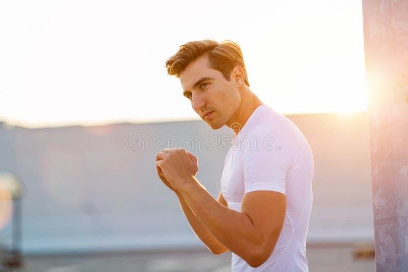 Junger Mann, der draußen trainiert lizenzfreies stockbild