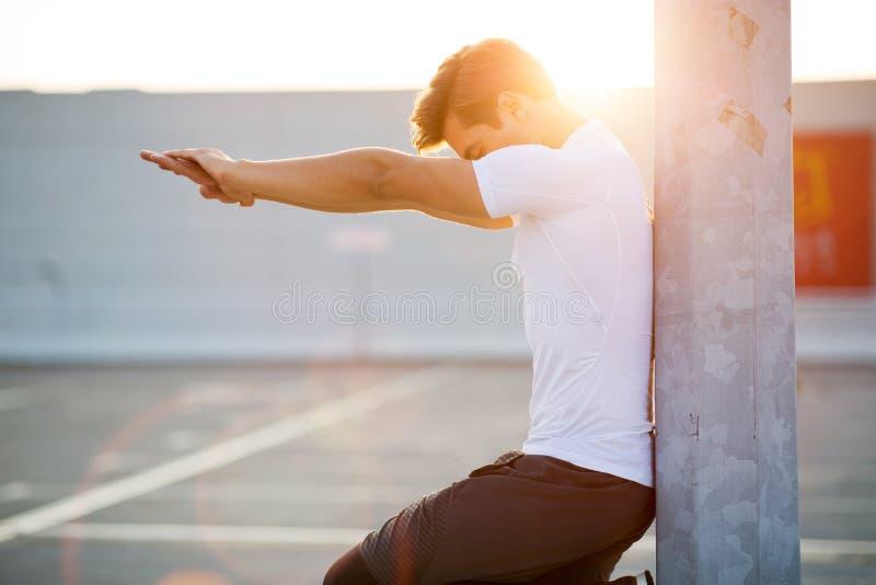 Junger Mann, der draußen trainiert lizenzfreie stockfotos