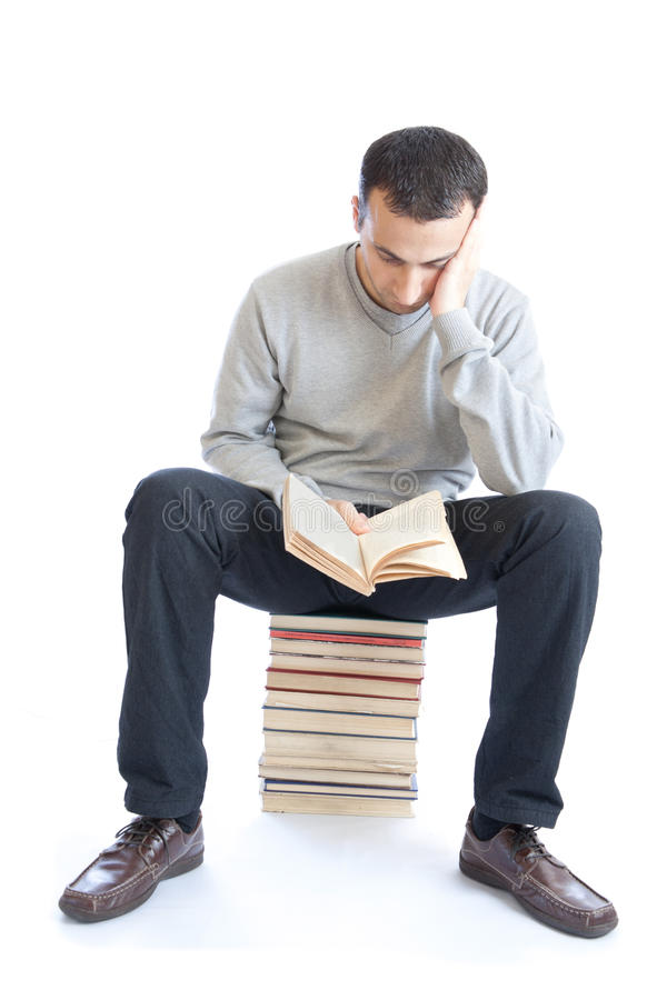 Junger Mann, der ein Buch auf weißem Hintergrund liest lizenzfreies stockbild