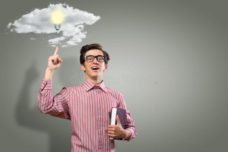 Junger Mann, der ein Buch hält stockbilder