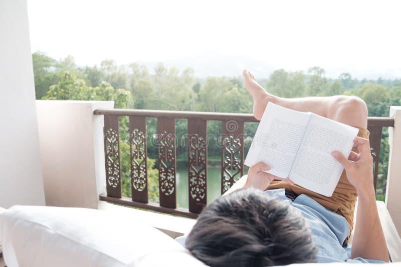 Junger Mann, der ein Buch liest Entspannende Zeit stockfotografie