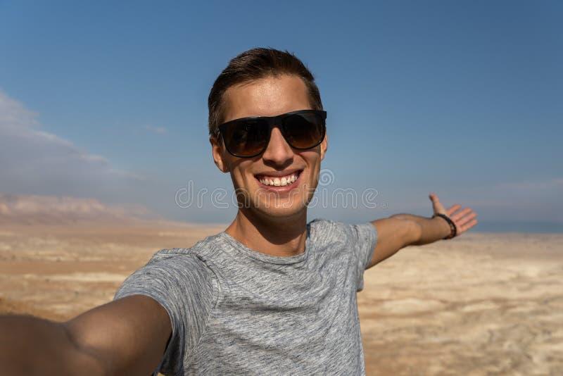 Junger Mann, der ein selfie in der Wüste von Israel nimmt lizenzfreie stockfotos
