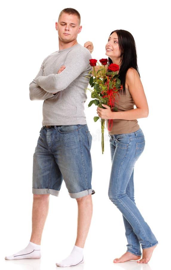 Junger Mann, der Entschuldigungen von ihrer Frau ablehnt stockbild