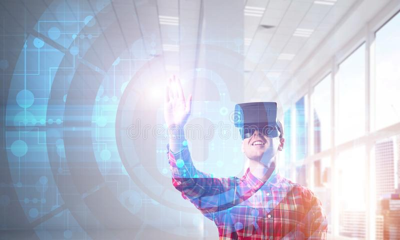 Junger Mann in der erfahrenden Innentechnologie der virtuellen Realität des modernen Büros lizenzfreies stockbild