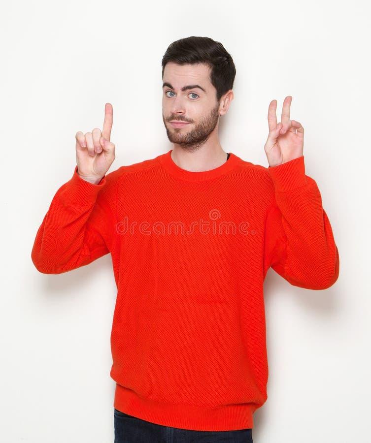 Junger Mann, der Finger auf Händen zählt stockfotografie