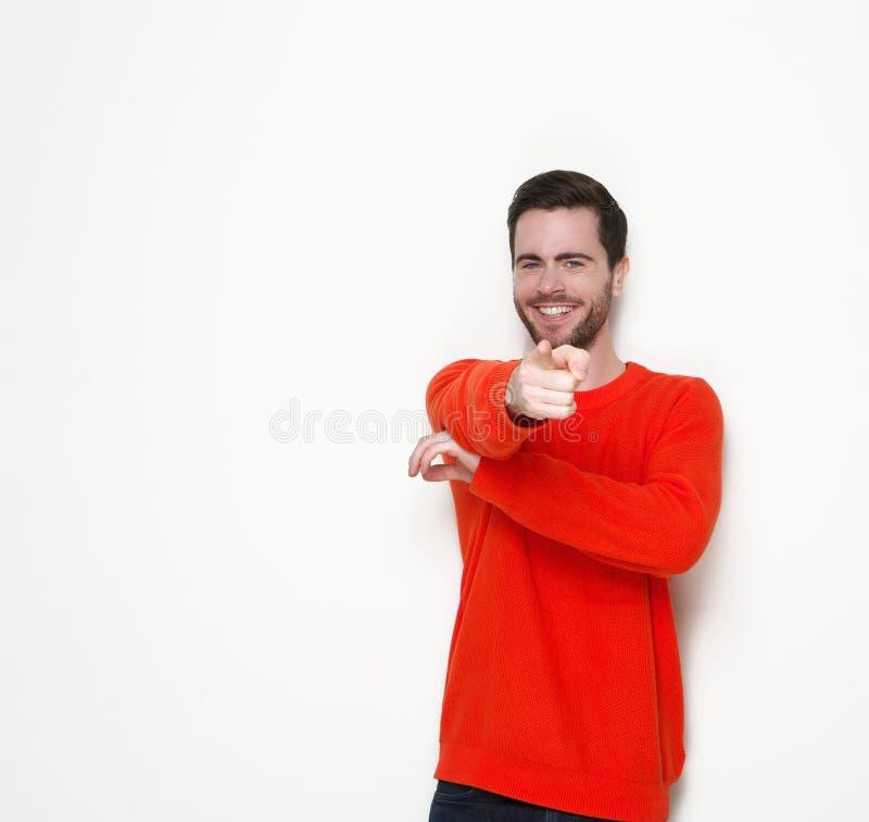 Junger Mann, der Finger auf Sie lächelt und zeigt lizenzfreie stockfotografie