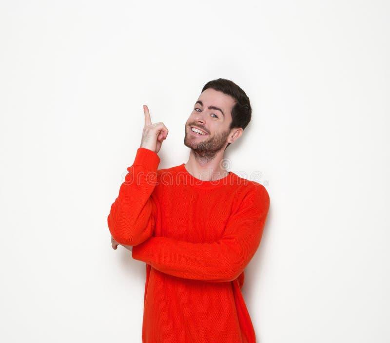 Junger Mann, der Finger lächelt und zeigt stockfotos