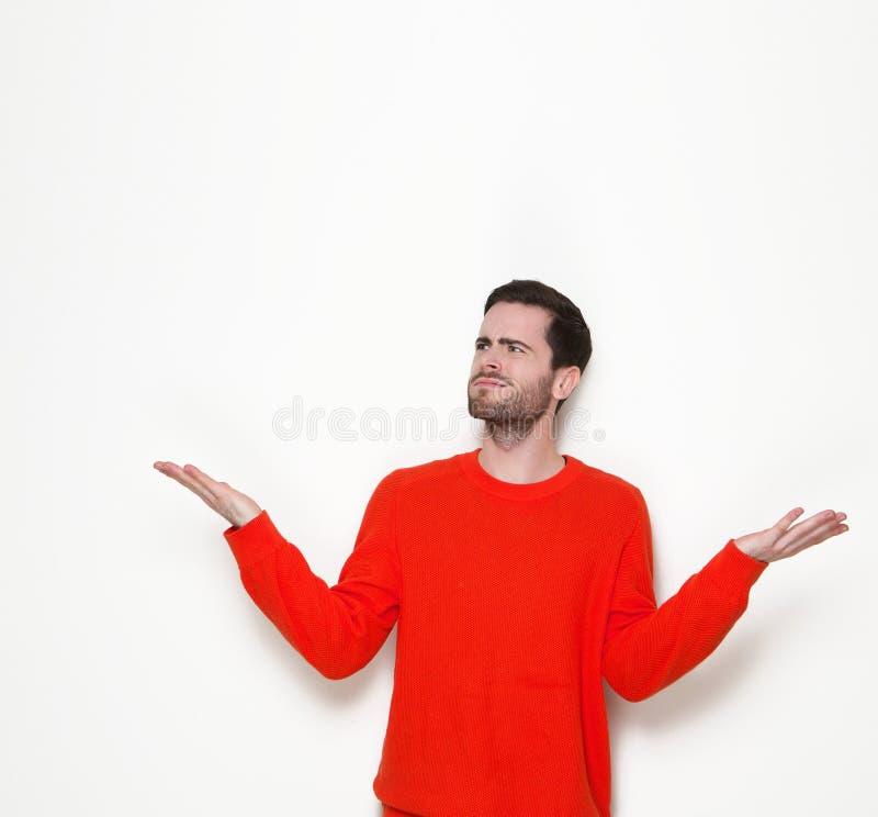 Junger Mann, der Fragen mit den Händen angehoben stellt lizenzfreies stockbild