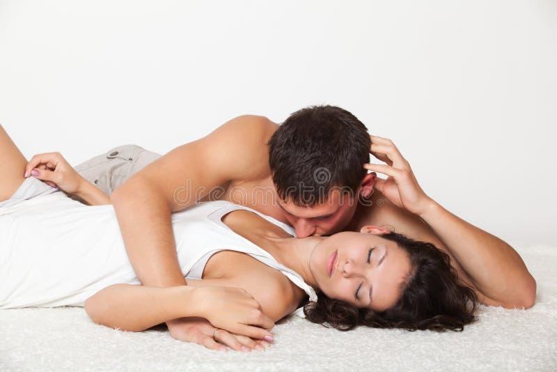 Junger Mann, der Frau küßt stockfotos