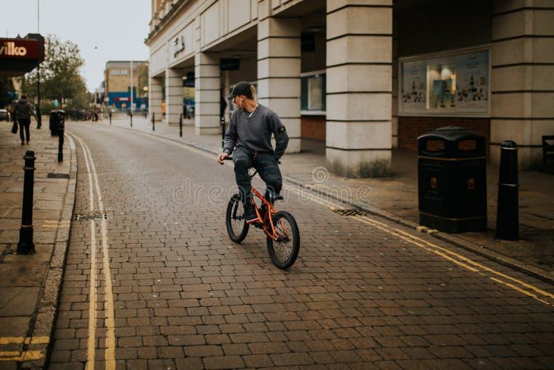 Junger Mann, der Freistilfahrrad in Canterbury, England fährt stockfoto
